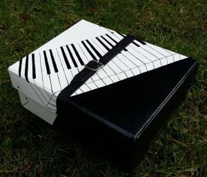 """Piano"" Håndmalet blank bogkasse. 27 x 21 x 10 cm. Pris: 900,- kr."