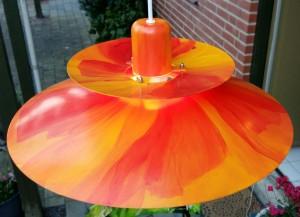 Pendel håndmalet med valmue-motiv. Lampen er ca. 44 cm i diameter. Pris: 2000,- kr. incl. fatning, ledning og pære.